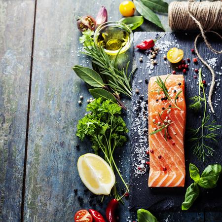 건강에 좋은 음식, 다이어트 나 요리 개념 - 향기로운 허브, 향신료, 야채와 신선한 연어 등심의 맛있는 부분
