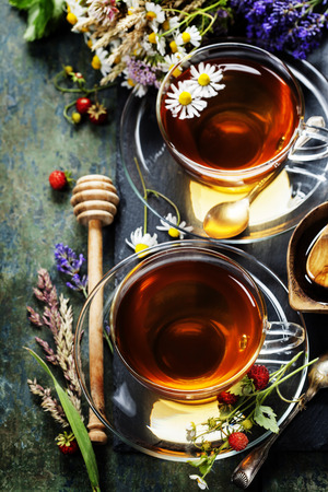 tannin: Herbal tea with honey, wild berry and flowers on wooden background
