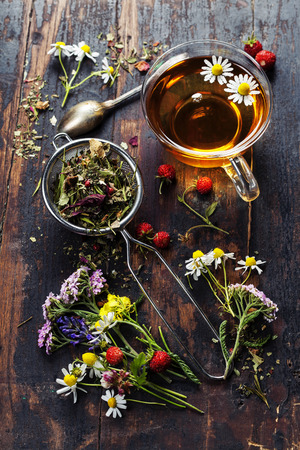 fiori di lavanda: Tè di erbe con miele, frutti di bosco e fiori su sfondo di legno