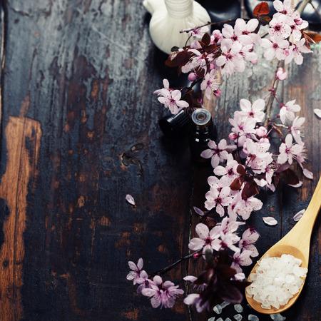 peluqueria y spa: Configuraci�n del balneario con las flores de cerezo sobre fondo de madera