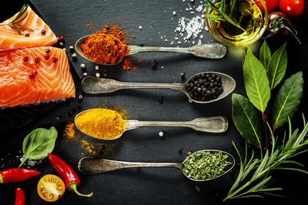 comida italiana: Parte deliciosa de filete de salm�n fresco con las hierbas arom�ticas, especias y verduras - comida sana, la dieta o el concepto de cocina