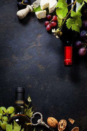 Sfondo di cibo con vino, formaggio e uva. Archivio Fotografico - 34109814