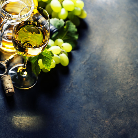 uvas: Vaso de vino blanco sobre fondo oscuro
