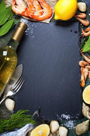 camaron: Fondo del alimento con los mariscos y el Vino. Un mont�n de espacio de la copia Foto de archivo