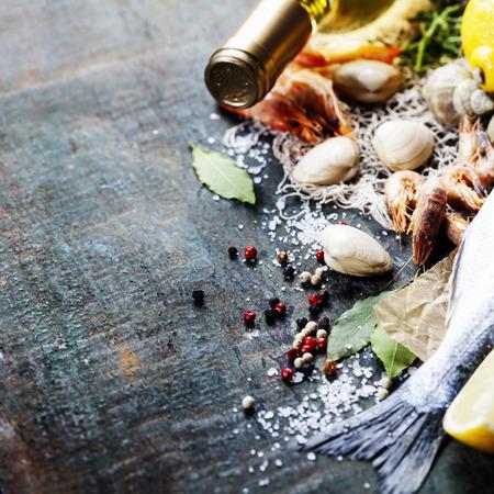 mariscos: Fondo del alimento con los mariscos y el Vino. Un mont�n de espacio de la copia Foto de archivo