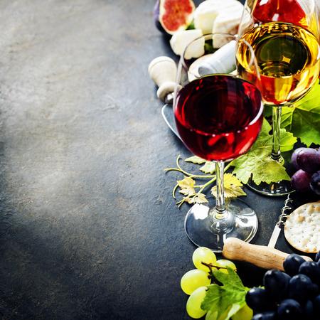 Eten achtergrond met wijn, kaas en druif. Stockfoto