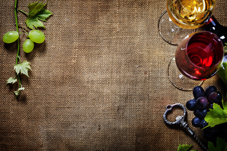 Fond alimentaire avec du vin et du raisin. Beaucoup de copie espace. Banque d'images - 34111566