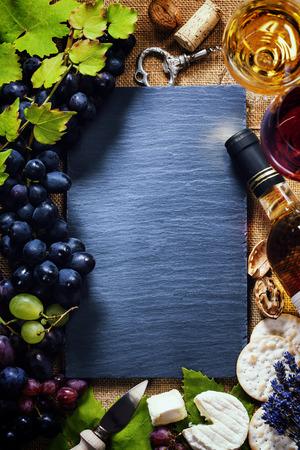 Sfondo di cibo con vino, formaggio e uva. Archivio Fotografico - 34111588