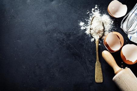 烘烤背景蛋殼和擀麵杖
