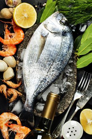 la marinera: Delicioso pescado fresco y mariscos en el fondo oscuro de la vendimia. Foto de archivo