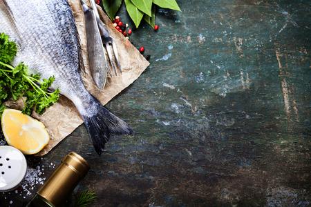 camaron: Fondo de alimentos con pescado y vino. Un montón de espacio de la copia Foto de archivo