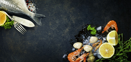 mariscos: Delicioso pescado fresco en el fondo oscuro de la vendimia