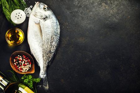Delicioso pescado fresco en el fondo oscuro de la vendimia