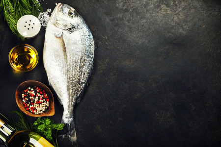 Peixe fresco delicioso no fundo escuro do vintage Imagens