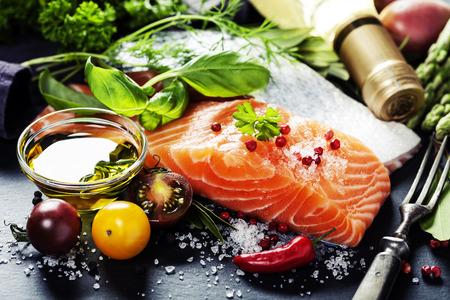 Parte deliciosa de filete de salmón fresco con las hierbas aromáticas, especias y verduras - comida sana, la dieta o el concepto de cocina Foto de archivo - 36257754