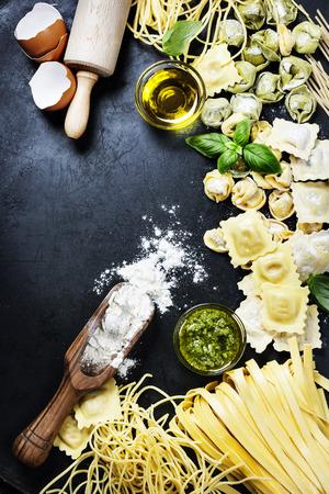 aceite de cocina: Pasta italiana fresca en el fondo oscuro Foto de archivo