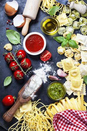 Il cibo italiano - Pasta fresca con salse e ingredienti Archivio Fotografico
