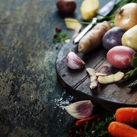 comida saludable: Patatas coloridas y vegetales crudos listos para cocinar. Verduras org�nicas frescas. Fondo de alimentos. La comida sana desde el jard�n