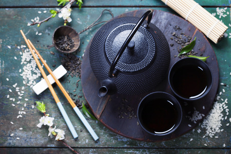 chinesisch essen: Chinese Tea Set und Stäbchen auf rustikalem Holztisch Lizenzfreie Bilder