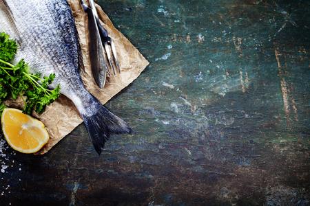 mariscos: Fondo de alimentos con pescado y vino. Un mont�n de espacio de la copia Foto de archivo