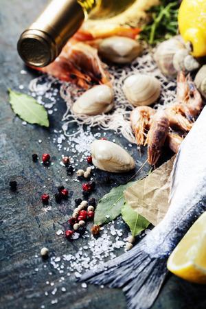 la marinera: Fondo del alimento con los mariscos y el Vino. Un mont�n de espacio de la copia Foto de archivo