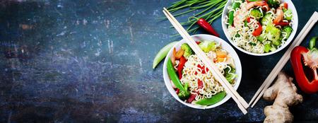 Macarrões chineses com vegetais e camarões. Fundo do alimento