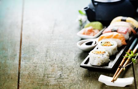 소박한 나무 테이블에 신선한 초밥의 근접 촬영