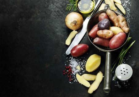 Burgonya előkészítése. Friss bio zöldség. Élelmiszer háttérben. Egészséges ételek a kertben