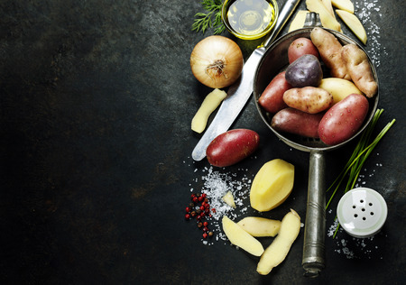 cuchillo: Preparación de la patata. Verduras orgánicas frescas. Fondo de alimentos. La comida sana desde el jardín