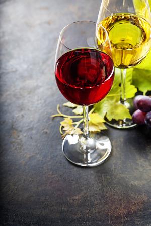 Eten achtergrond met wijn en druiven.