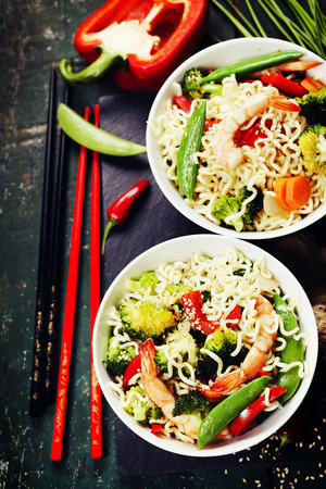 chinesisch essen: Chinesische Nudeln mit Gem�se und Garnelen. Lebensmittel Hintergrund