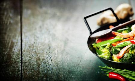 中国料理。中華鍋でカラフルな炒め物。野菜とエビ
