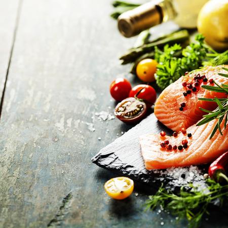 parte deliciosa de filé de salmão fresco com ervas aromáticas, especiarias e legumes - alimentos saudáveis, dieta ou conceito cozinhar Imagens