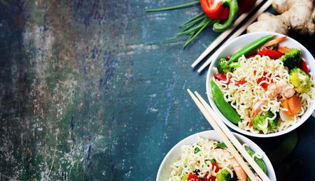 Kínai tészta zöldségekkel és garnélák. Élelmiszer háttér Stock fotó