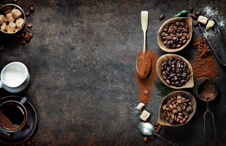 Bovenaanzicht van drie verschillende soorten koffie bonen op donkere vintage achtergrond