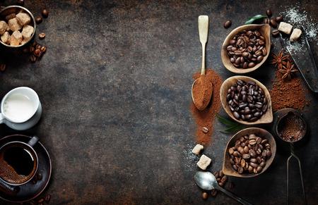 Vista de cima de três diferentes variedades de grãos de café no fundo escuro do vintage Imagens