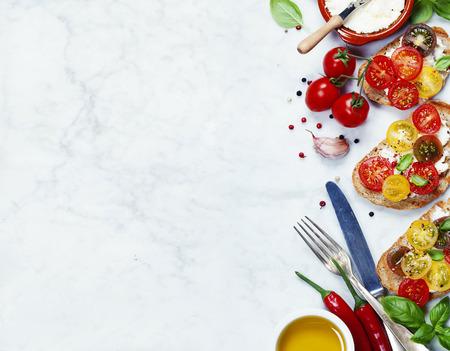 Tomaat en basilicum broodjes met ingrediënten - Italiaans, Vegetarisch of Healthy food concept Stockfoto