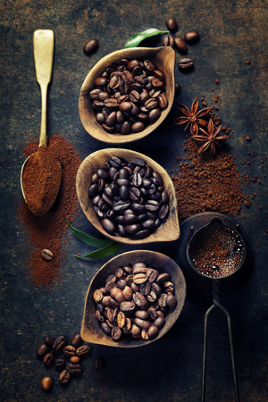 暗いヴィンテージ背景にコーヒー豆の 3 種類の平面図 写真素材