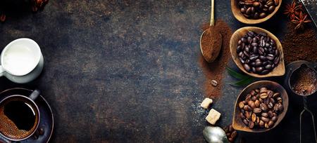 Vista dall'alto di tre diverse varietà di chicchi di caffè su sfondo scuro d'epoca