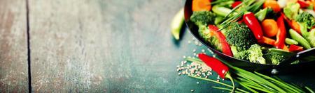 中國美食。鐵鍋烹飪蔬菜。素食鍋 版權商用圖片
