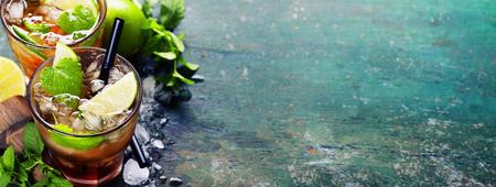 모히토를 만들기위한 재료 (얼음 조각, 민트 잎, 설탕, 소박한 배경에 라임) 스톡 콘텐츠