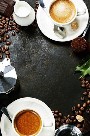 Kávékompozíció sötét rusztikus háttérrel. Kávé keret