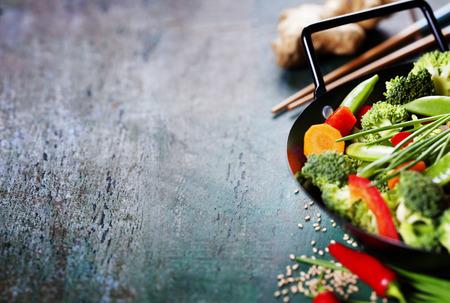 中国料理。野菜を調理する鍋。ベジタリアン中華鍋
