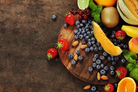 大理石の背景に果物。夏や春の有機果物。農業、園芸、収穫のコンセプト