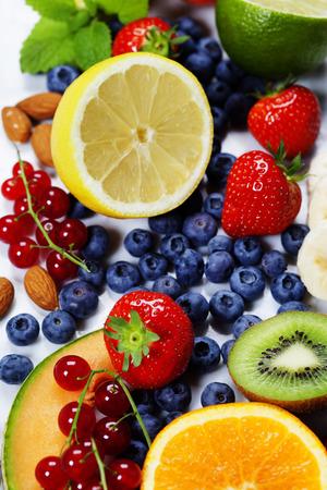Frutas no Fundo de mármore. Verão ou Primavera orgânicos Frutos. Agricultura, Jardinagem, Colheita Conceito
