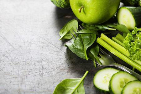 Las verduras frescas en la vendimia de fondo - desintoxicación, la dieta o el concepto de alimentos saludables