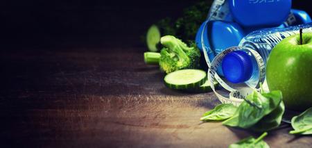 cintas: Las verduras frescas saludables, agua y cinta métrica. Salud, deporte y el concepto de dieta Foto de archivo