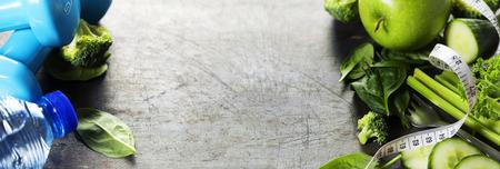 comiendo fruta: Las verduras frescas saludables, agua y cinta m�trica. Salud, deporte y el concepto de dieta Foto de archivo
