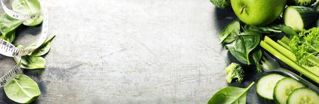 Légumes verts sur fond vintage - désintoxication, régime alimentaire ou un concept de nourriture saine Banque d'images - 41740632