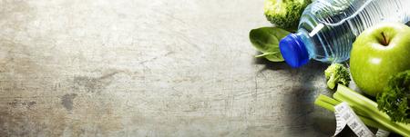 Свежие здоровые овощи, вода и измерительные ленты. Здоровье, спорт и диета концепции
